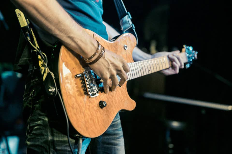 Gitarre im Stehen halten
