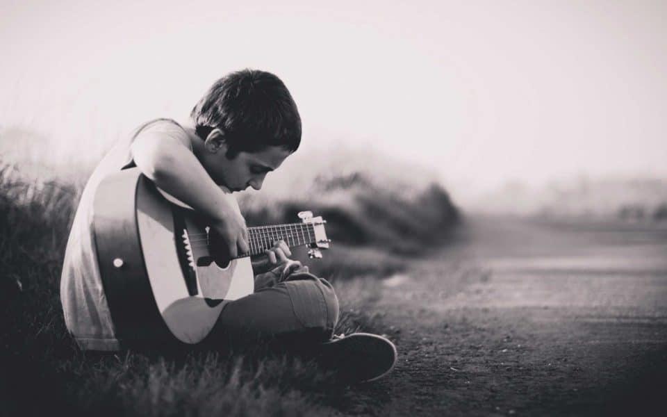 Gitarre zupfen