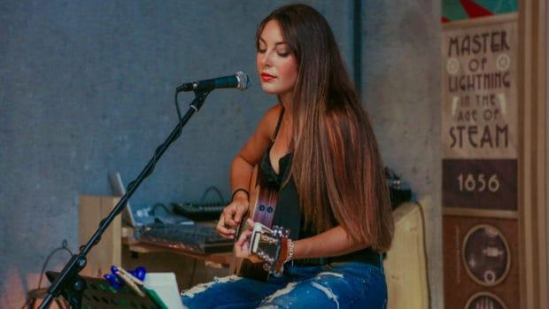 Singen und gleichzeitig Gitarre spielen